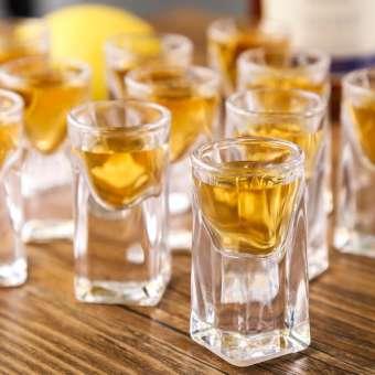 พื้นหนากระสุนสี่เหลี่ยมแก้วเหล้าสีขาวแก้วเหล้าของใช้ในครัวเรือนแก้วใส่เหล้าดีกรีสูงแก้วเหล้าขนาดเล็กถ้วยหนึ่งคำ 14 ml แก้วเหล้า